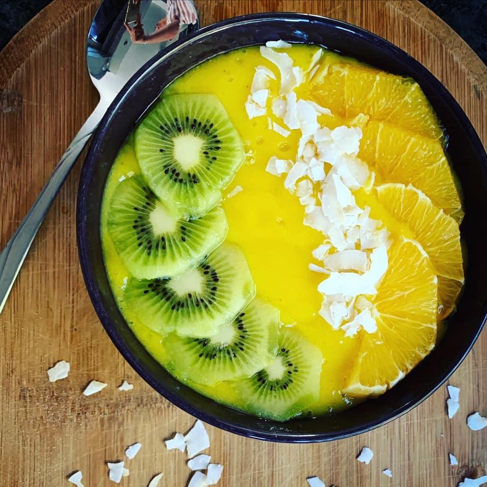 SMOOTHIE BOWL z mango, kiwi i pomarańczą